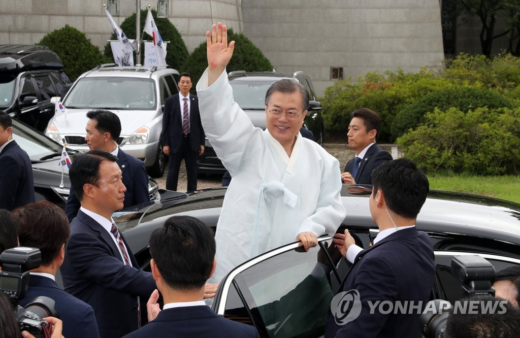 President Moon Jae-in waves to people, leaving the Independence Hall of Korea in Cheonan, South Chungcheon Province, after attending a Liberation Day ceremony on Aug. 15, 2019. (Yonhap)
