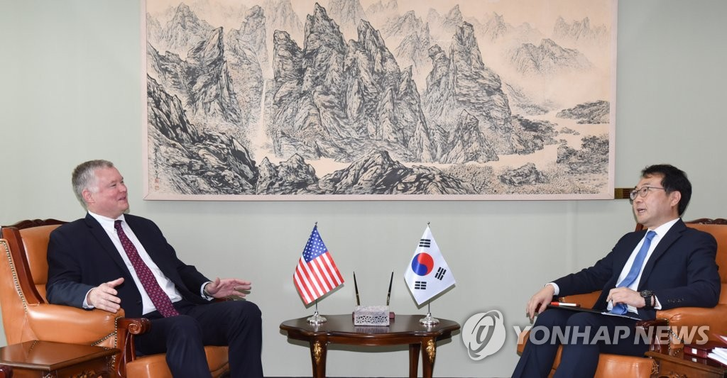 This file photo, taken Aug. 21, 2019, shows U.S. Special Representative for North Korea Stephen Biegun (L) speaking with his South Korean counterpart Lee Do-hoon at the foreign ministry in Seoul. (Yonhap)