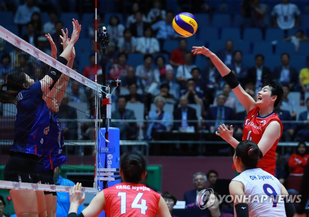 Kim Hee-jin of South Korea (R) hits a spike against Thailand during the teams' second-round match at the Asian Women's Volleyball Championship at Jamsil Arena in Seoul on Aug. 23, 2019. (Yonhap)