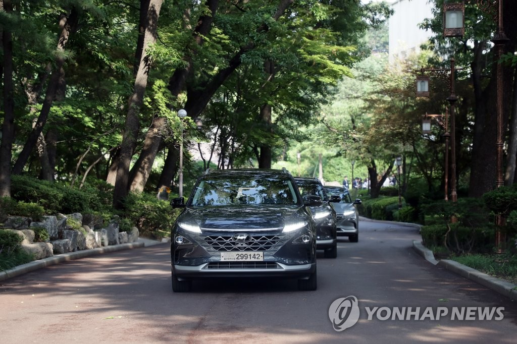 A hydrogen fuel-cell car, carrying President Moon Jae-in, pulls into the Cheong Wa Dae compound in Seoul on Aug. 27, 2019, in this photo provided by his office. (PHOTO NOT FOR SALE) (Yonhap)