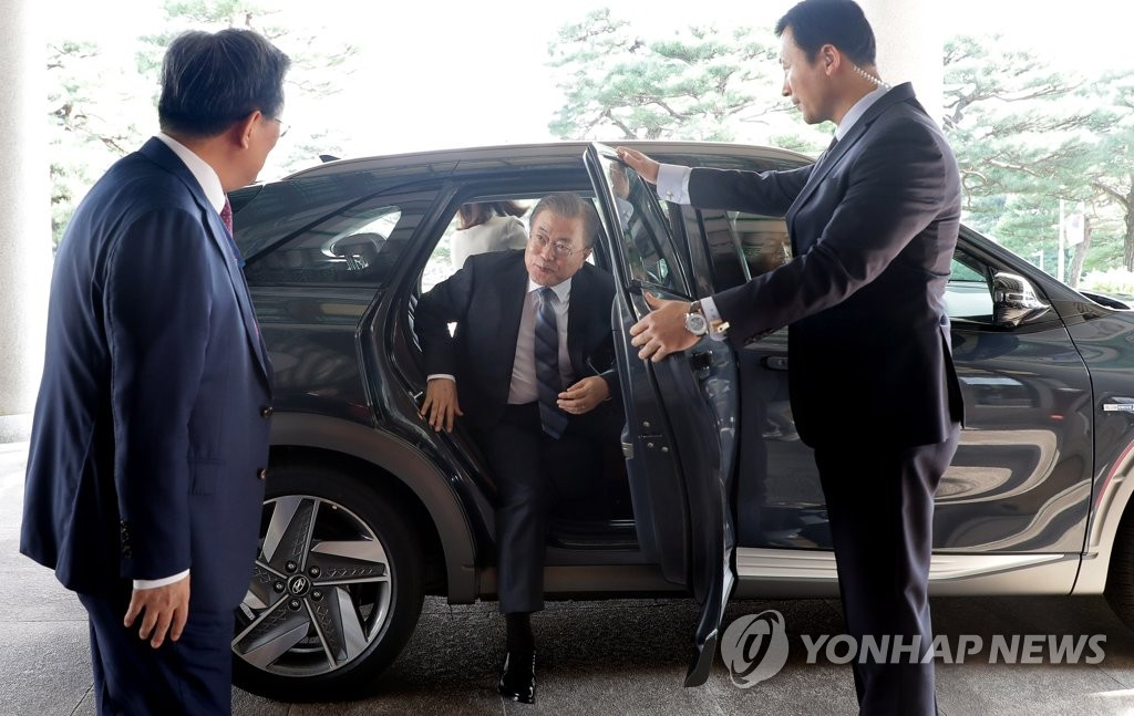 President Moon Jae-in steps out of his official car that uses hydrogen technology at Cheong Wa Dae in Seoul on Aug. 27, 2019, in this photo provided by his office. (PHOTO NOT FOR SALE) (Yonhap)