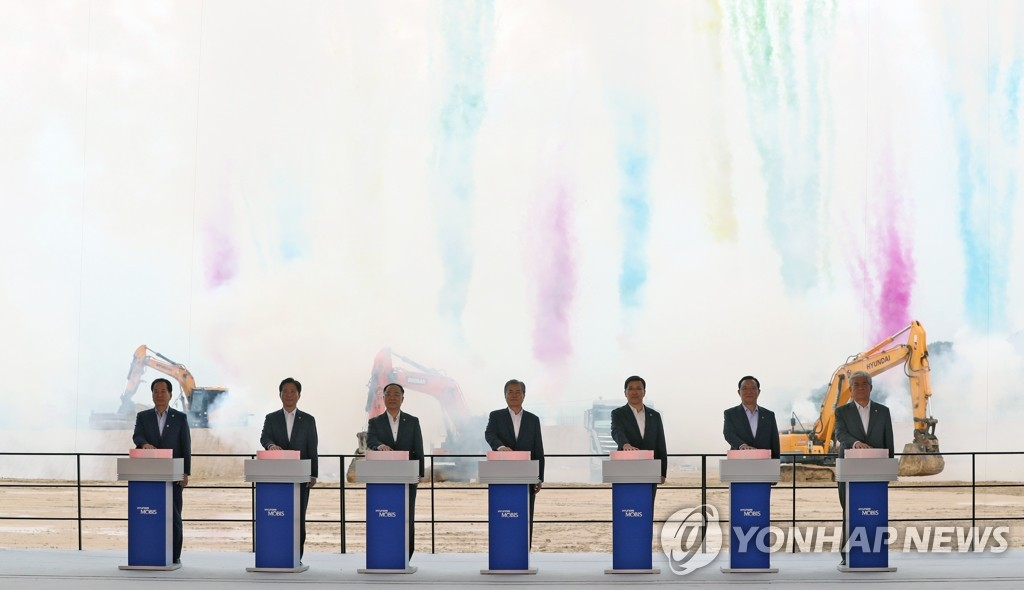 President Moon Jae-in (C) and other dignitaries press buttons in a groundbreaking ceremony for a new EV parts factory of Hyundai Mobis in Ulsan on Aug. 28, 2019. (Yonhap)