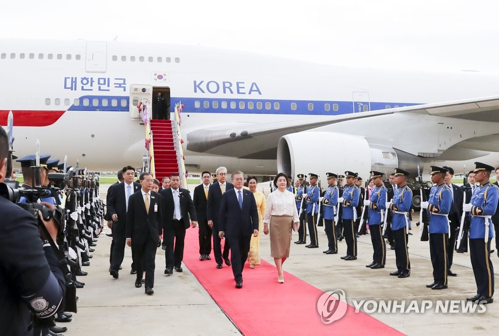 South Korean President Moon Jae-in and first lady Kim Jung-sook walk on a red carpet after arriving in Bankok, Thailand, on Sept. 1, 2019. (Yonhap)