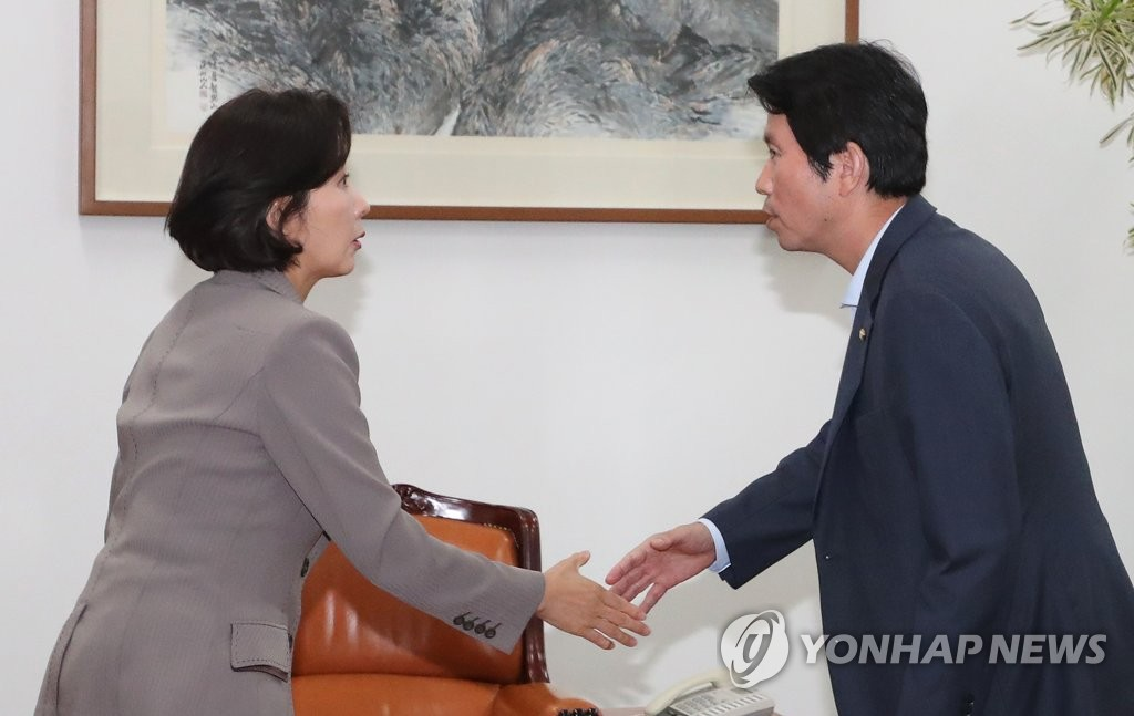 Na Kyung-won, floor leader of the main opposition Liberty Korea Party, shakes hands with ruling Democratic Party counterpart Lee In-young at the National Assembly in Seoul on Sept. 4, 2019. (Yonhap)
