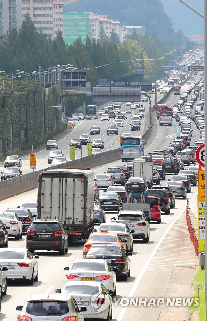 This photo shows long lines of vehicles being formed on the Gyeongbu Expressway in southern Seoul on Sept. 15, 2019, the last day of the four-day Chuseok holiday. (Yonhap)