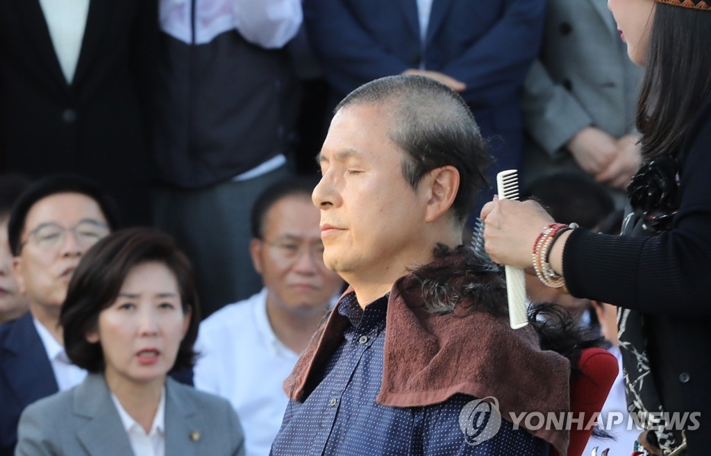 Hwang Kyo-ahn, chairman of the main opposition Liberty Korea Party, has his head shaved at a plaza in front of the presidential office Cheong Wa Dae in Seoul on Sept. 16, 2019. (Yonhap)