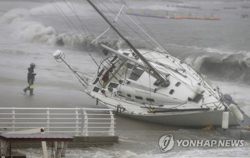 Strong tides as Typhoon Tapah approaches