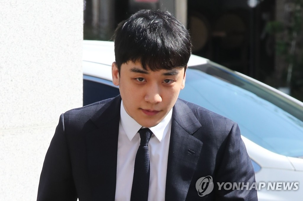 (LEAD) Police summon K-pop star Seungri over gambling charges