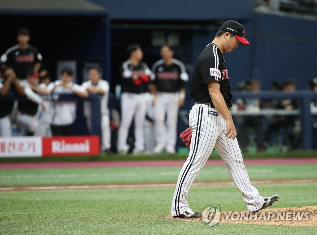 Go Woo-suk of the LG Twins reacts to giving up a game-tying run against the Kiwoom Heroes in the bottom of the ninth inning in Game 2 of the Korea Baseball Organization first round playoff series at Gocheok Sky Dome in Seoul on Oct. 7, 2019. (Yonhap)