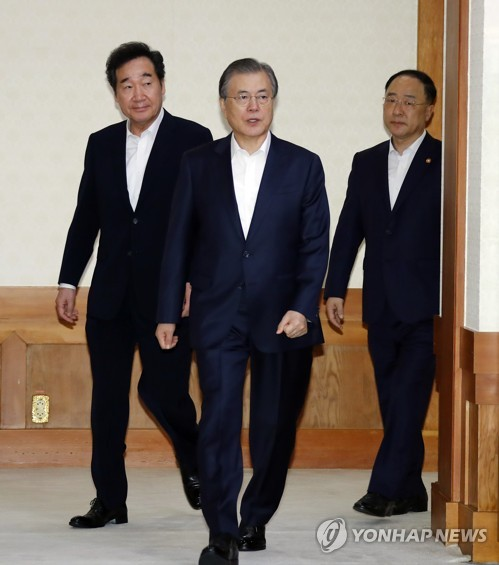 Moon says economy losing vigor, calls for expansionary fiscal spending