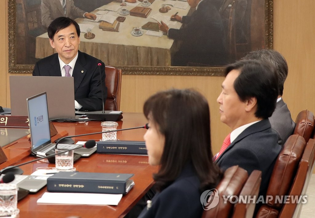 Bank of Korea Gov. Lee Ju-yeol (L) sits with other members of the bank's monetary policy board in its latest rate-setting meeting held in Seoul on Oct. 16, 2019. The seven-member board voted to slash the policy rate by 25 basis points to a record low 1.25 percent. (Yonhap)