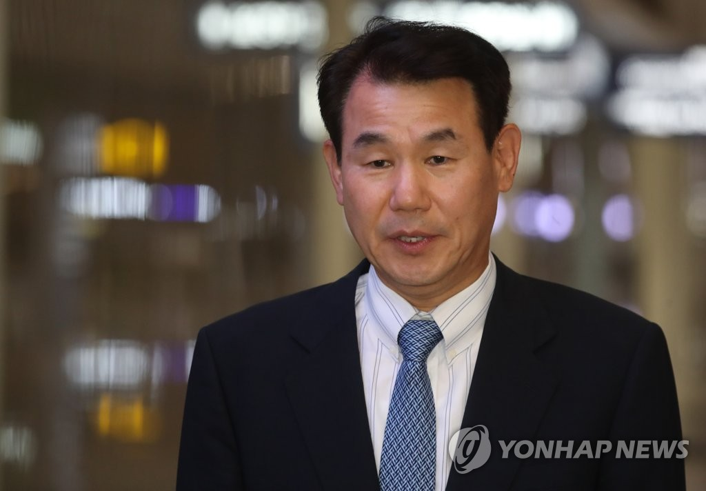 Jeong Eun-bo, South Korea's top negotiator in defense cost-sharing talks with the United States, speaks to the media at Incheon International Airport, west of Seoul, on Oct. 22, 2019. (Yonhap)