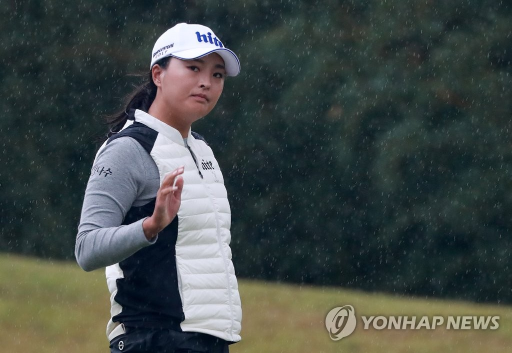 Ko Jin-young of South Korea waves to the crowd at the 17th hole during the first round of the BMW Ladies Championship at LPGA International Busan in Busan, 450 kilometers southeast of Seoul, on Oct. 24, 2019. (Yonhap)