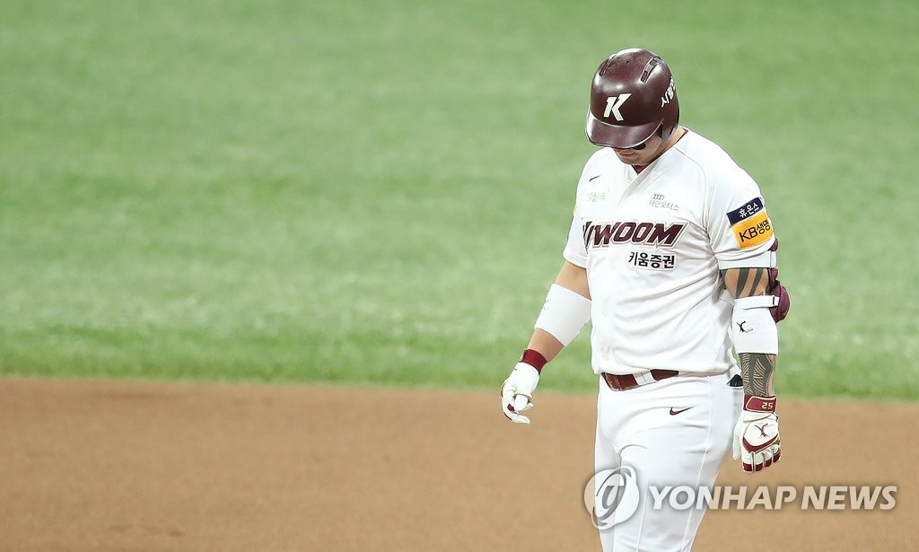 Park Byung-ho of the Kiwoom Heroes hangs his head after flying out to center against the Doosan Bears in the bottom of the eighth inning of Game 4 of the Korean Series at Gocheok Sky Dome in Seoul on Oct. 26, 2019. (Yonhap)