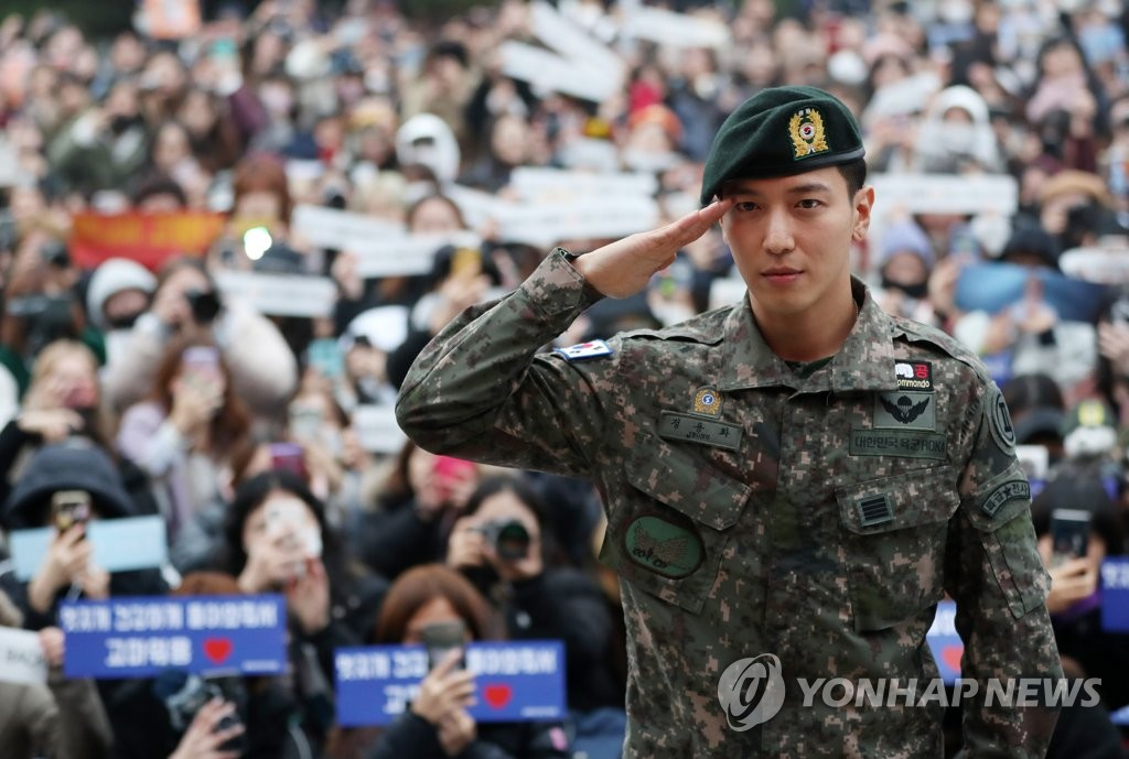 Jung Yong-hwa, a member of K-pop boy band CNBLUE, salutes after being discharged from military service at an Army base in Chuncheon, Gangwon Province, on Nov. 3, 2019. (Yonhap)