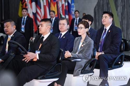 (LEAD) Moon stresses free trade in ASEAN summit joined by Abe