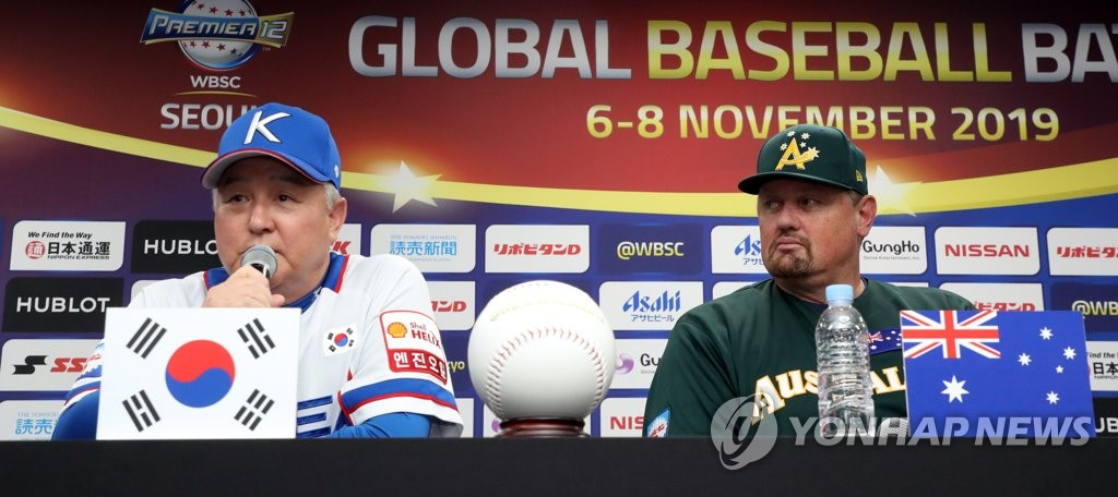South Korean manager Kim Kyung-moon (L) speaks during the press conference ahead of the Premier12 baseball tournament at Gocheok Sky Dome in Seoul on Nov. 5, 2019. Looking on is Australian manager Dave Nilsson. (Yonhap)