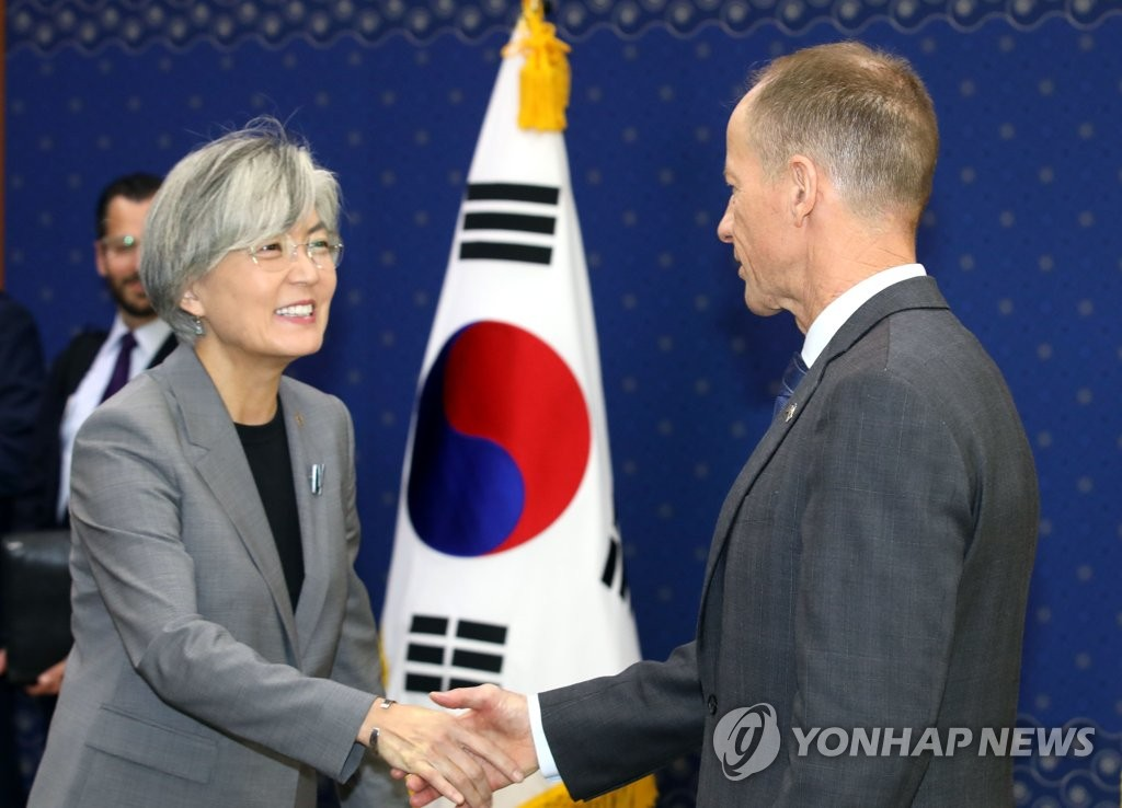 Foreign Minister Kang Kyung-wha (L) shakes hands with U.S. Assistant Secretary of State David Stilwell at the foreign ministry in Seoul on Nov. 6, 2019. (Yonhap)