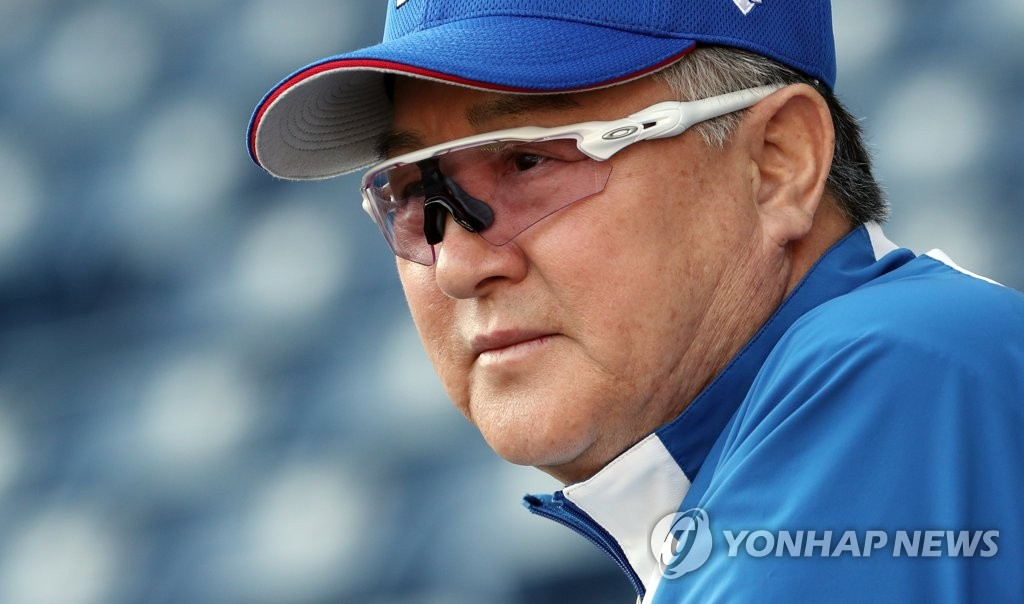 South Korean manager Kim Kyung-moon watches his team's practice at ZOZO Marine Stadium in Chiba, Japan, in preparation for the Super Round at the World Baseball Softball Confederation (WBSC) Premier12 on Nov. 10, 2019. (Yonhap)