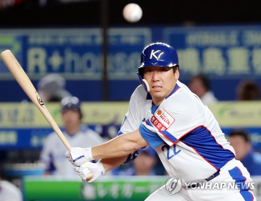 Kim Hyun-soo of South Korea fouls off a pitch by Chang Yi of Chinese Taipei in the bottom of the fourth inning of the teams' Super Round game at the World Baseball Softball Confederation (WBSC) Premier12 at ZOZO Marine Stadium in Chiba, Japan, on Nov. 12, 2019. (Yonhap)