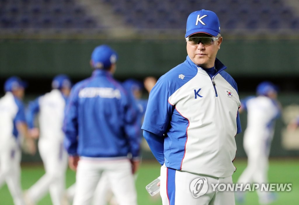 South Korean manager Kim Kyung-moon watches his team's practice at Tokyo Dome in Tokyo on Nov. 14, 2019, the eve of a game against Mexico in the Super Round at the World Baseball Softball Confederation (WBSC) Premier12. (Yonhap)