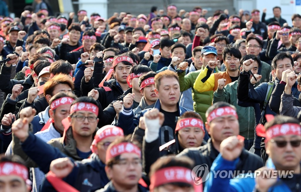 Unionized railway workers hold a rally demanding higher pay and more workforce at the main railway station in Daejeon, 160 kilometers south of Seoul, on Nov. 15, 2019. (Yonhap)