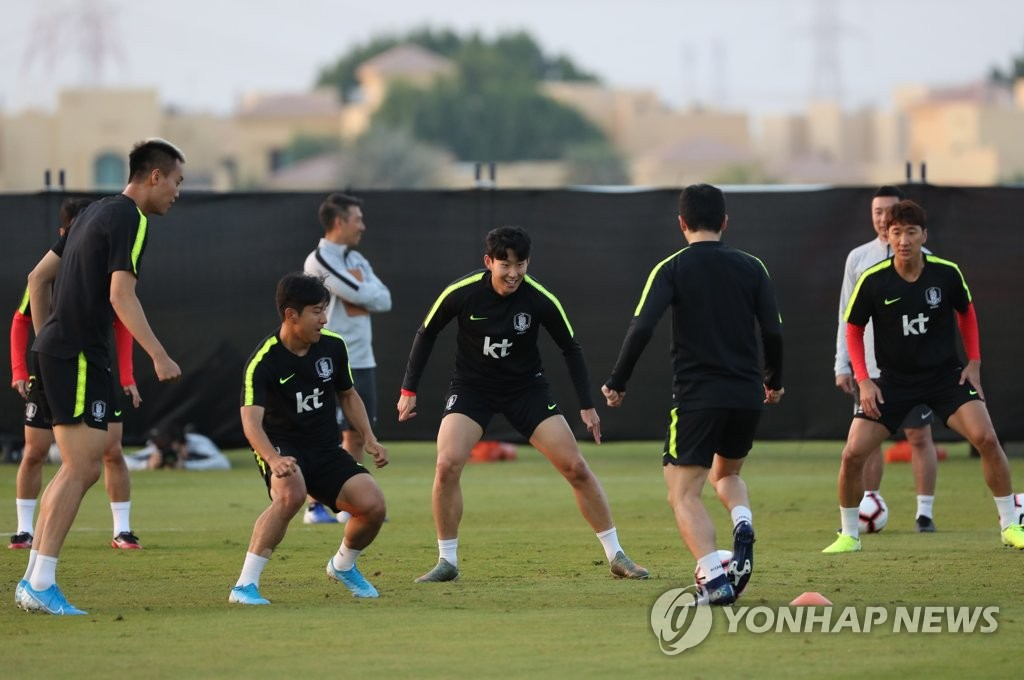 Members of the South Korean men's football team train at Sheikh Zayed Cricket Stadium in Abu Dhabi on Nov. 17, 2019, ahead of a friendly match against Brazil. (Yonhap)