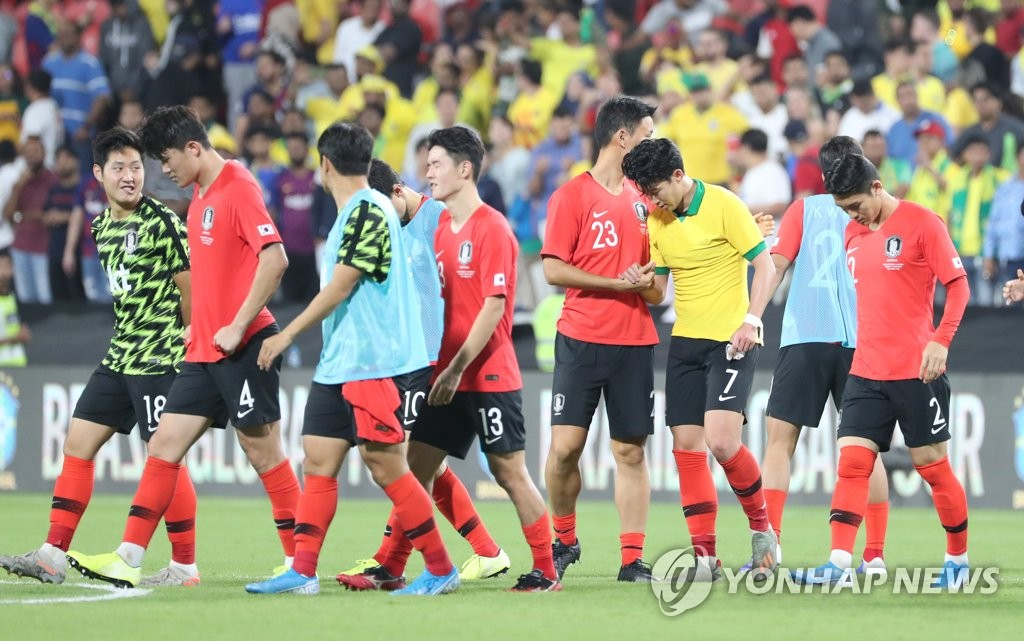 South Korean players walk off the field after losing to Brazil 3-0 in the teams' friendly football match at Mohammed Bin Zayed Stadium in Abu Dhabi on Nov. 19, 2019. (Yonhap)