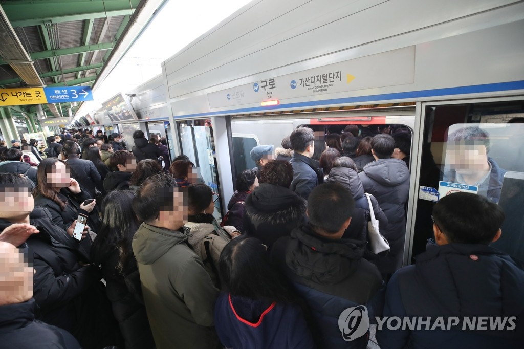Passengers try to get on a train at Guro Station in western Seoul on Nov. 21, 2019, as train were delayed due to a strike by railway workers. (Yonhap)