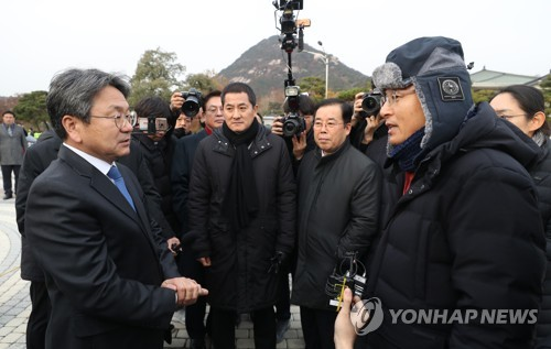 Moon's aide visits opposition leader on hunger strike