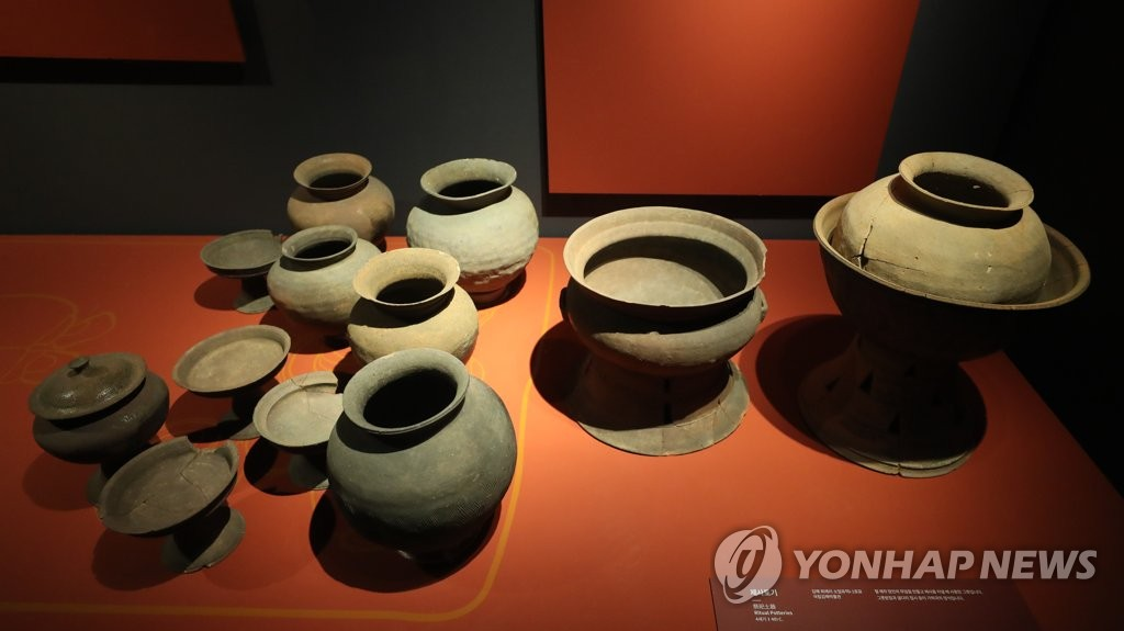 "A set of earthenware is displayed at the National Museum of Korea during a press tour of its special exhibition titled ""Gaya Spirit-Iron and Tune"" on Dec. 2, 2019. The exhibition is set to run from Dec. 3-March 1. (Yonhap)"