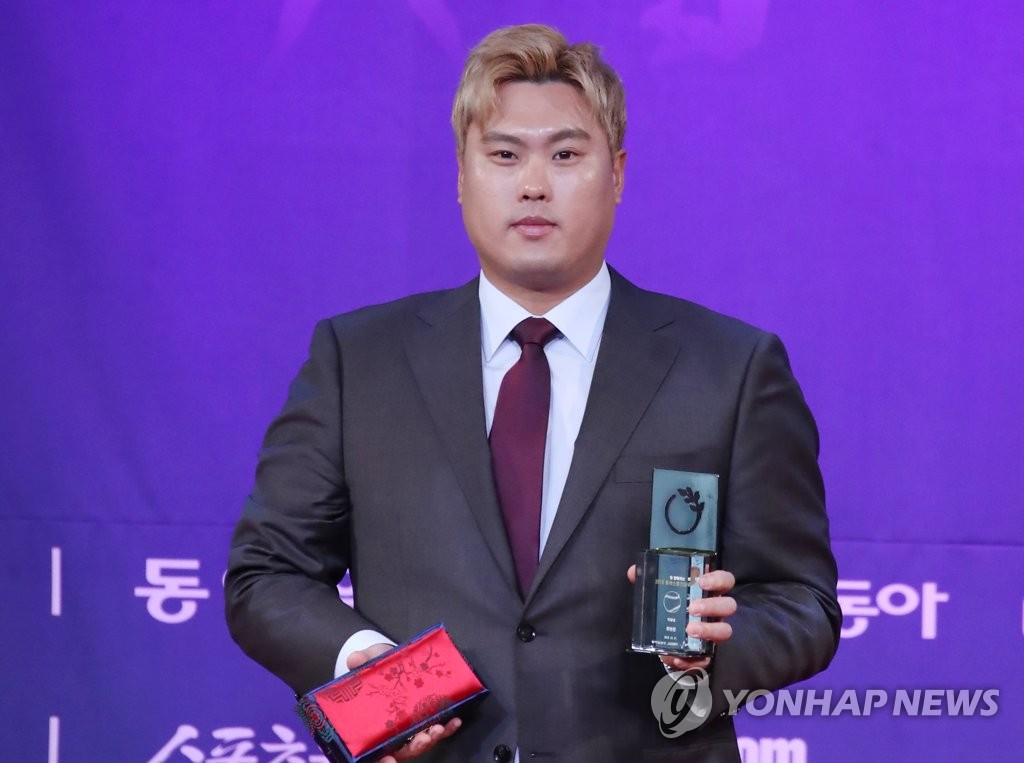 South Korean free agent pitcher Ryu Hyun-jin poses with the trophy for the Special Achievement Award he received at a local sports awards ceremony in Seoul on Dec. 11, 2019. (Yonhap)