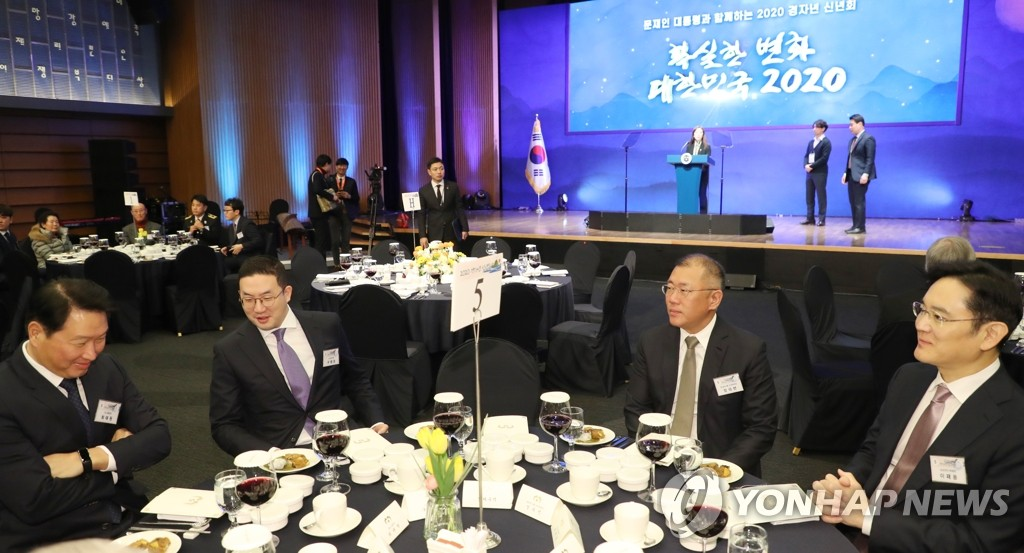 The heads of South Korea's top four conglomerates sit together ahead of a New Year's meeting of business leaders and representatives from various fields, hosted by President Moon Jae-in in Seoul on Jan. 2, 2020. From left are SK Group Chairman Chey Tae-won, LG Group chief Koo Kwang-mo, Chung Eui-sun, executive vice chairman of Hyundai Motor Group, and Lee Jae-yong, vice chairman of Samsung Electronics. (Yonhap)