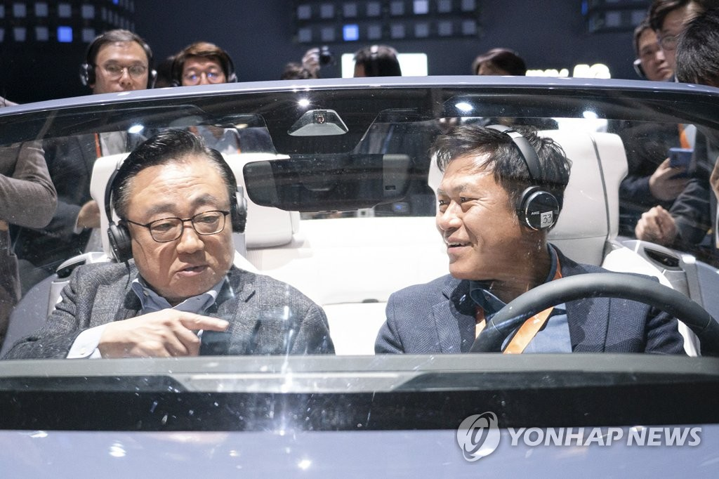 차량용 콕핏 서비스 체험하는 박정호 사장-고동진 사장