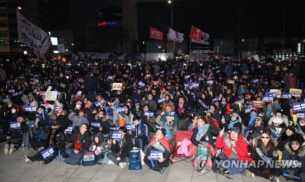 Supporters of the Moon Jae-in administration hold a candlelight vigil on a large square in Gwanghwamun, central Seoul, on Jan. 11, 2020. (Yonhap)
