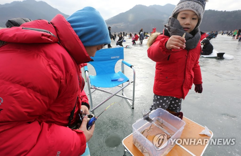 Citizens enjoy fishing for smelt during the annual Inje Icefish Festival in Inje, 165 kilometers northeast of Seoul, on Jan. 18, 2020. The festival, which opened on the day, will continue until Feb. 2. (Yonhap)