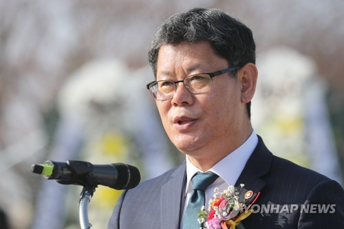 (LEAD) Seoul mulls providing financial aid to separated families for N.K. visit: minister