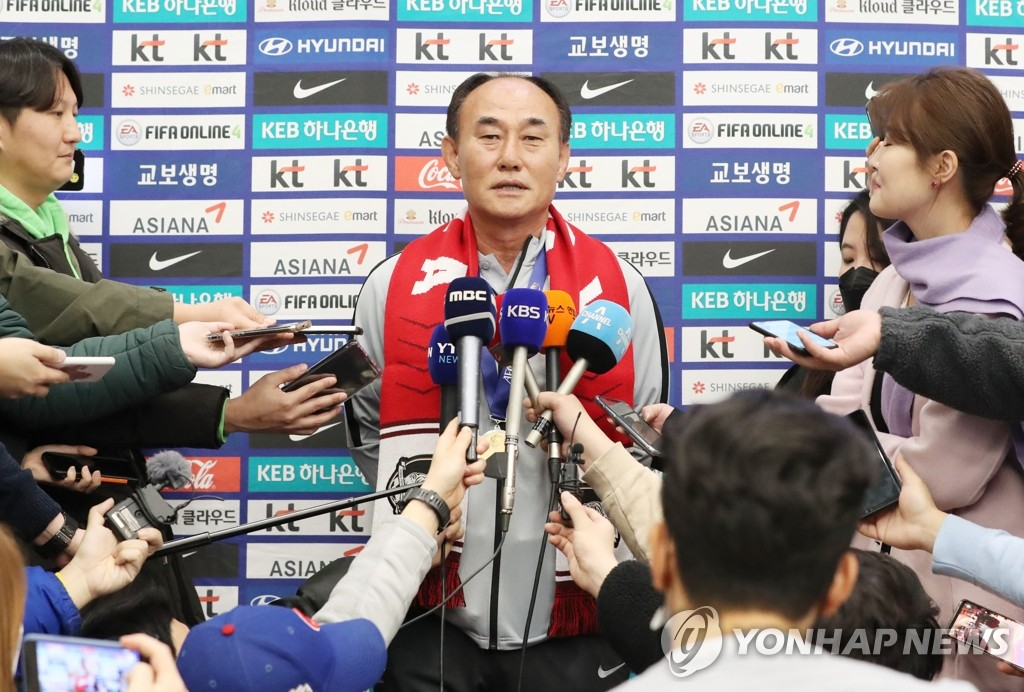 Kim Hak-bum, head coach of the South Korean men's Olympic football team, speaks to reporters at Incheon International Airport, just west of Seoul, on Jan. 28, 2020, after returning from winning the Asian Football Confederation (AFC) U-23 Championship in Thailand. (Yonhap)