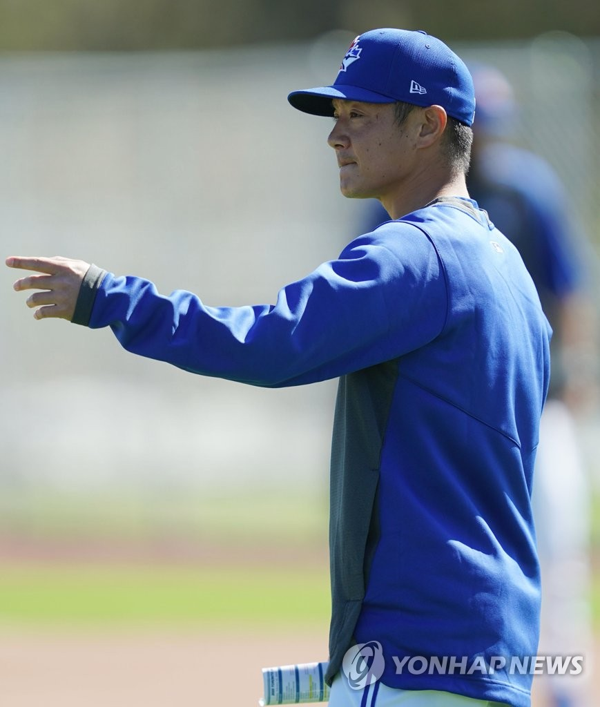 Gil Kim, Toronto Blue Jays' director of player development, works with players at Player Development Complex, near TD Ballpark, in Dunedin, Florida, on Feb. 15, 2020. (Yonhap)