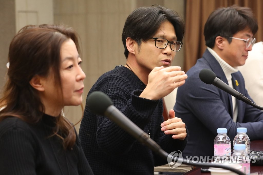 "Yi Seung-jun (C), the director of the Oscar-nominated short documentary, ""In the Absence,"" speaks at a press conference in Seoul on Feb. 18, 2020. (Yonhap)"
