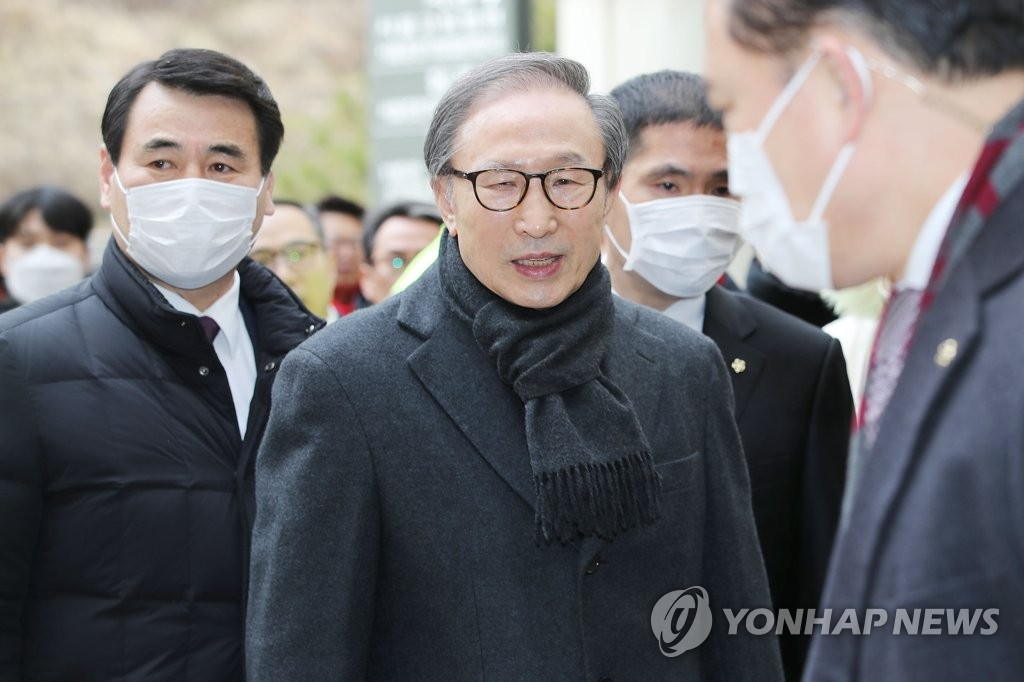 Former President Lee Myung-bak heads to a Seoul court on Feb. 19, 2020, to attend a hearing, in which the appellate court delivered a heavier prison term of 17 years to him on bribery and embezzlement charges. (Yonhap)