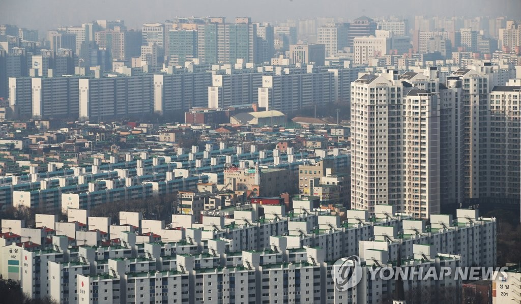 This photo, taken Feb. 20, 2020, shows an apartment complex in Suwon, Gyeonggi Province. (Yonhap)