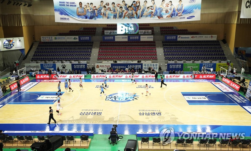 The Samsung Life Bluemix and BNK Sum play a regular season game of the Women's Korean Basketball League without spectators at Yongin Gymnasium in Yongin, Gyeonggi Province, on Feb. 23, 2020. (Yonhap)