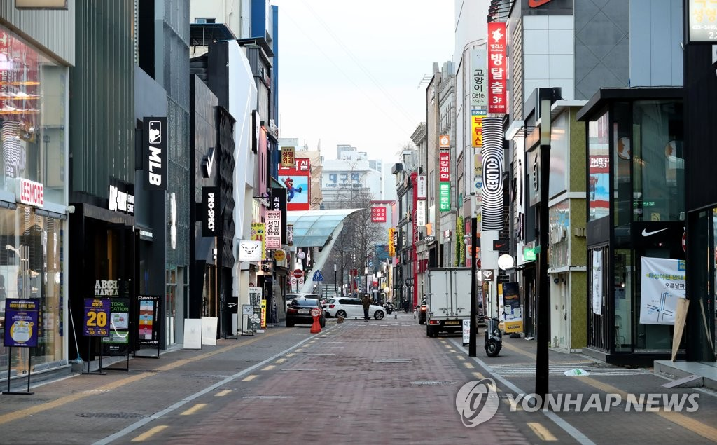 Dongsung-ro, a major shopping thoroughfare in Daegu, 300 kilometers southeast of Seoul, is almost entirely devoid of people on Feb. 26, 2020. The district is popular for after-hours gatherings by locals, but the rapid spread of the novel coronavirus in the city has caused many shops to close. (Yonhap)