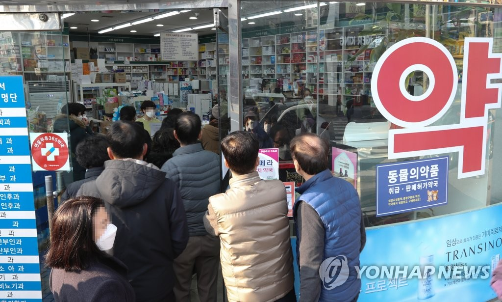 Citizens wait in line to purchase masks at a pharmacy in Daejeon on March 3, 2020. (Yonhap)