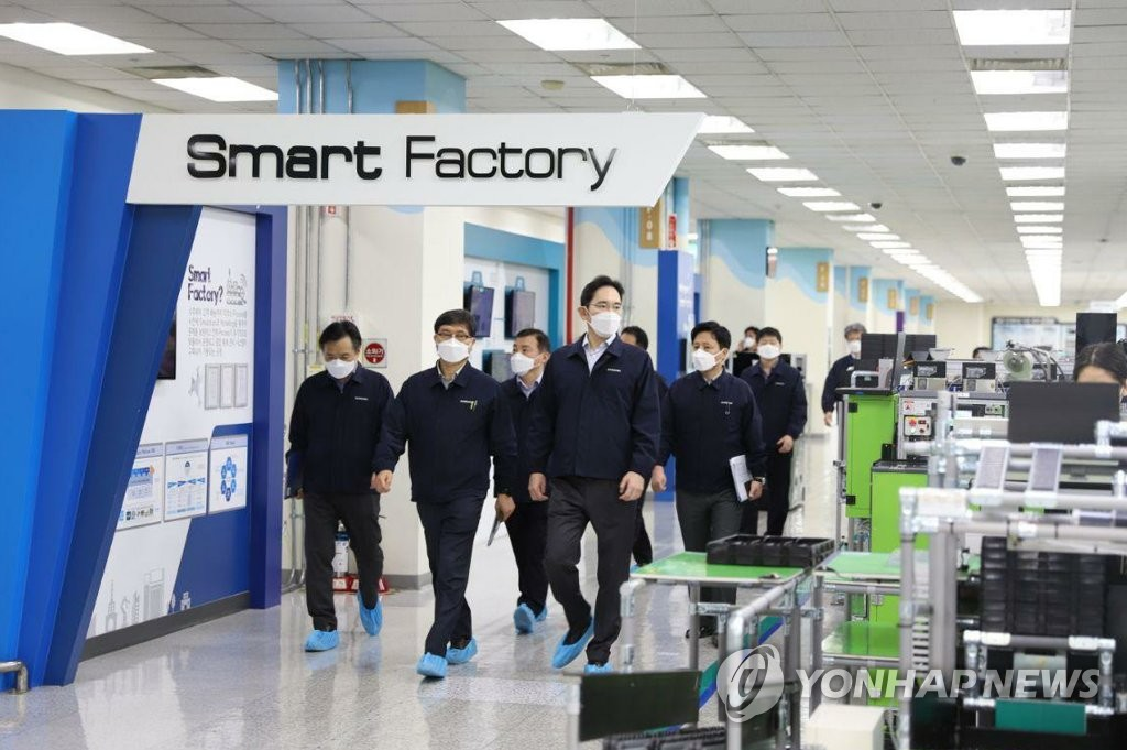 In this photo provided by Samsung Electronics Co., Samsung Electronics Vice Chairman Lee Jae-yong (R) inspects the company's factory in Gumi, North Gyeongsang Province, on March 3, 2020. (PHOTO NOT FOR SALE) (Yonhap)