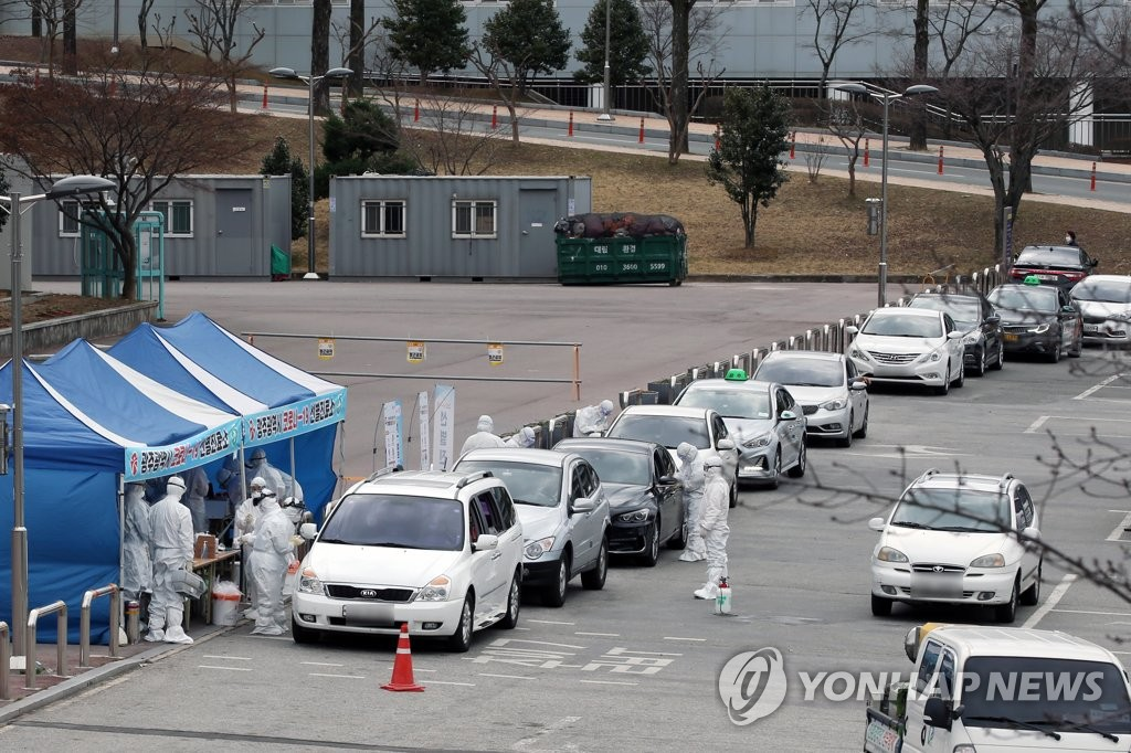 Cars are lined up at a drive-through coronavirus test center in Gwangju, South Korea, in this file photo taken March 3, 2020. (Yonhap)