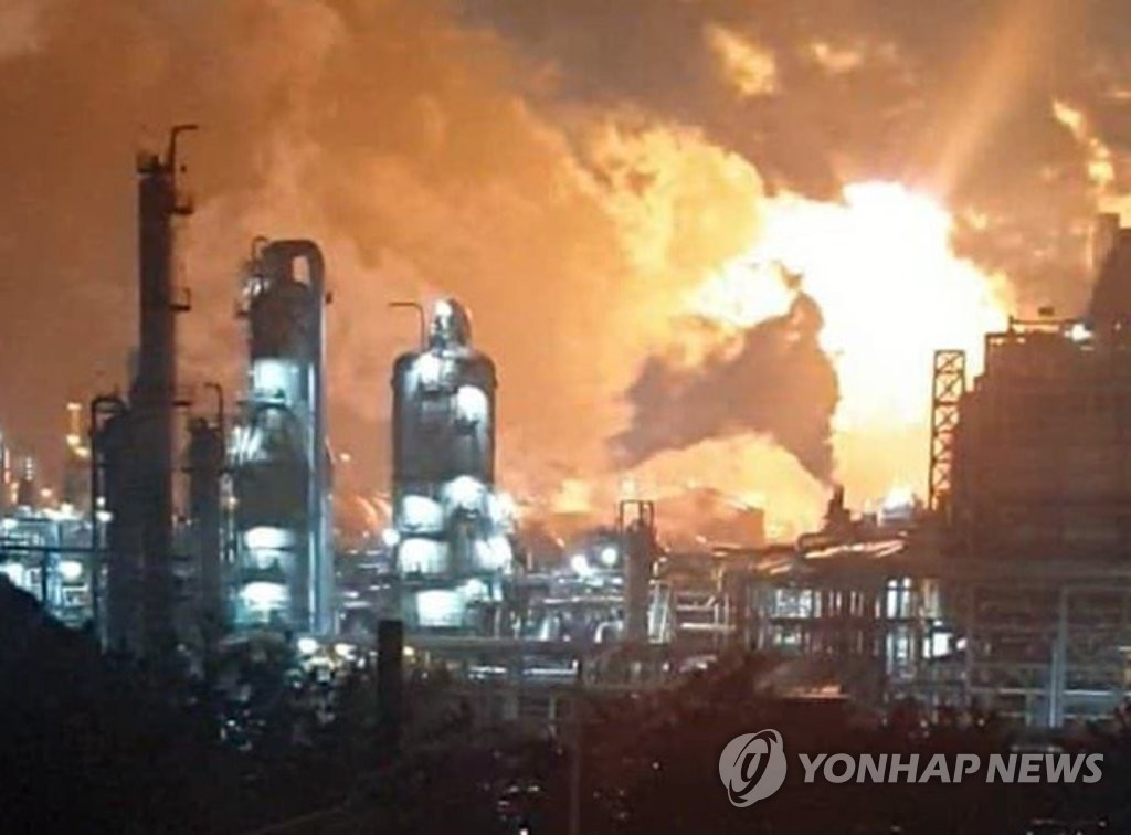 This photo, provided by a reader, shows a fire at Lotte Chemical Corp.'s plant in Seosan, South Chungcheong Province, on March 4, 2020. (PHOTO NOT FOR SALE) (Yonhap)
