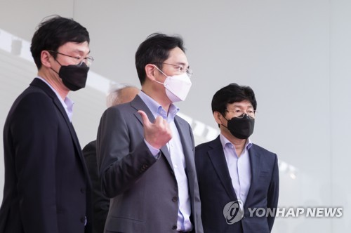 Samsung heir visits research center, stresses future tech development