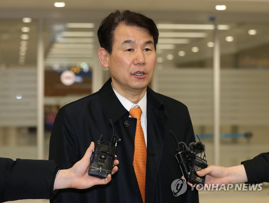 This photo, taken on March 21, 2020, shows Jeong Eun-bo, South Korea's top negotiator in the defense cost-sharing talks with the United States, speaking to the press upon arriving at Incheon International Airport, west of Seoul. (Yonhap)